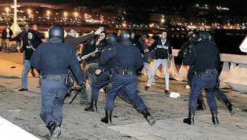 Imagem parcial dum momento da carga policial contra a manifestacom