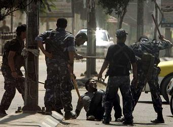 Palestina, burguesía y privatización capitalista Miembros_policia_hamas_apalean_simpatizante_fatah