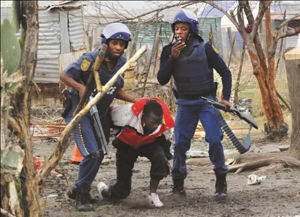 Los policias de raza negra, vanguardia en la represíon contra la clase obrera